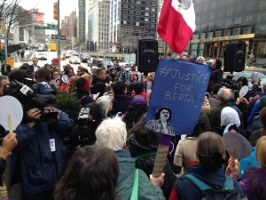 Centenares de personas se manifestaron frente de la ONU en Nueva York para exigir justicia para Bertha Cáceres